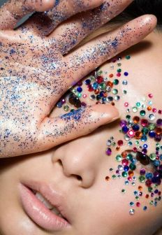 Celebrity makeup artist Nick Barose - glitter / Photo : Getty - pinimg.com