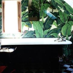 Banana leaf + checkered floor bathroom - roomed.nl
