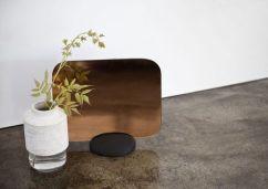 GRIDY ME MIRROR de Menu. Verre, acier et bois de chêne. 25 x 34 cm. 116 euros.Menu - cotemaison.fr