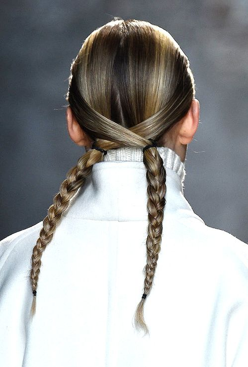 La double tresse twistée de Sally Lapointe - vogue.fr