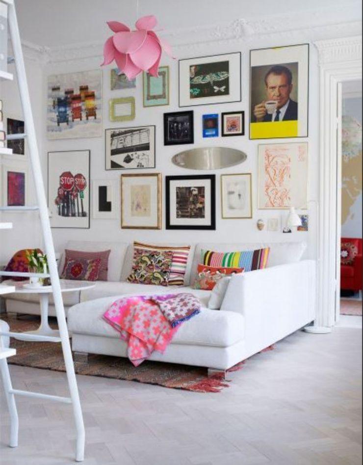 Un salon arty avec des cadres, des miroirs et des cartes postales.Trendymood.com - cotemaison.fr