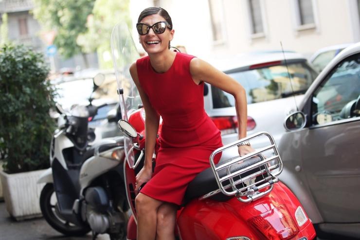 Giovanna Battaglia - Tubino rosso occhiali da sole vespa - grazia.it