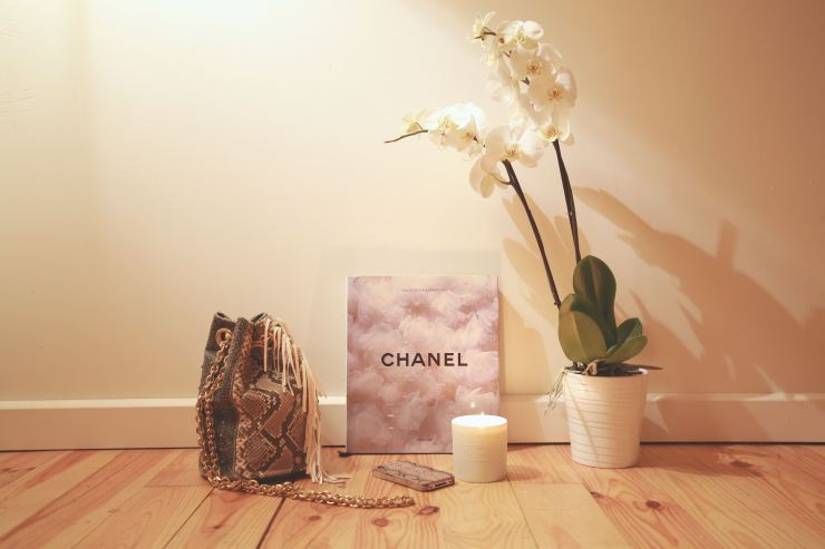 Bougie Fragonnard – Sac Delphine Delafon – Livre Chanel – Eléonore Terzian – Photographe © Victor Schnetzer – eleonoreterzian.com