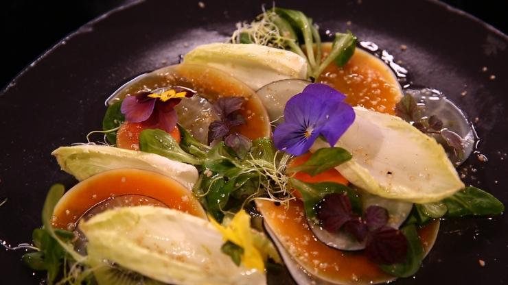 Carpaccio du potager, vinaigrette à l'huile d'argan, fleurs du moment, par Julie Basset - france2.fr